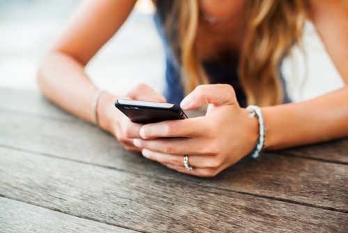 ¿Cómo espiar el teléfono de mi pareja sin tocarlo?