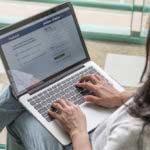 ¿Cómo entrar a facebook de otra persona desde mi celular?